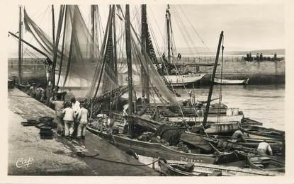 """/ CPSM FRANCE 29 """"Douarnenez, arrivée des bateaux de pêche"""""""