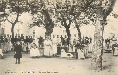 """CPA FRANCE 42 """"Saint Etienne, La Charité, la cour des femmes"""""""