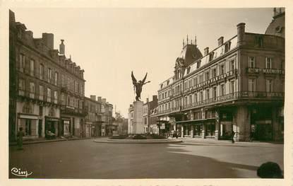 """/ CPSM FRANCE 24 """"Bergerac, rue Mounet Sully et monument aux morts"""""""