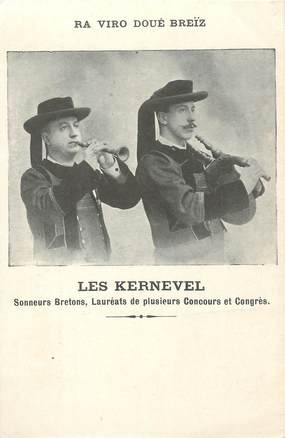 "/ CPA FRANCE 29 ""Les Kernevel, sonneurs bretons"""