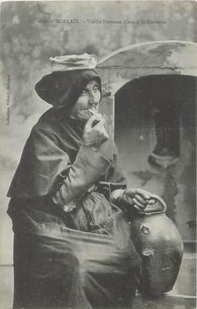 """/ CPA FRANCE 29 """"Morlaix, vieille porteuse d'eau à la fontaine"""""""