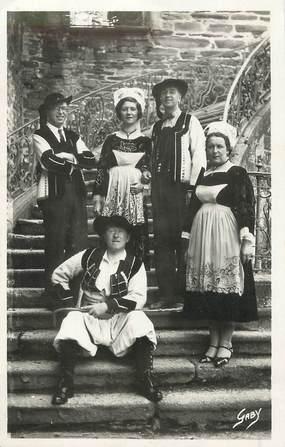 "/ CPSM FRANCE 56 ""Costumes du Morbihan et du finistère"" / FOLKLORE"