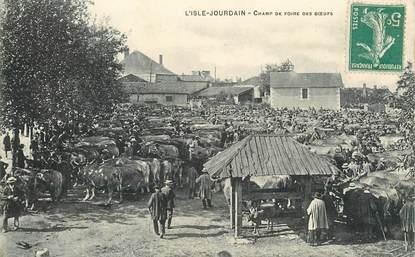 """CPA FRANCE 86 """"L'Isle Jourdain, champ de foire des Boeufs"""""""