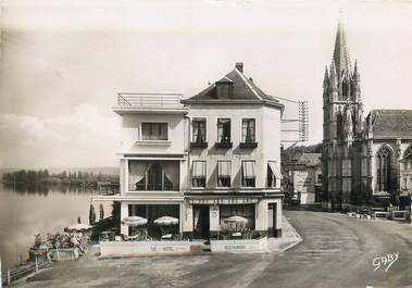 """/ CPSM FRANCE 76 """"La Bouille, l'hôtel Saint Pierre et l'église"""""""