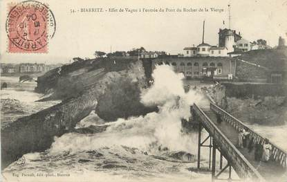 """/ CPA FRANCE 64 """"Biarritz, effet de vague à l'entrée du pont du  rocher de la vierge"""""""