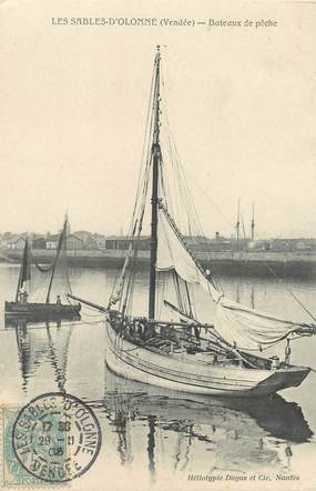"""/ CPA FRANCE 85 """"Sables d'Olonne, bateaux de pêche"""""""