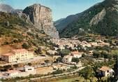 """04 Alpe De Haute Provence / CPSM FRANCE 04 """"Castellane, le roc et Notre Dame du Roc dominant la ville"""""""