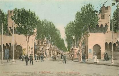"""CPA FRANCE 84 """"Avignon, rue de la République"""