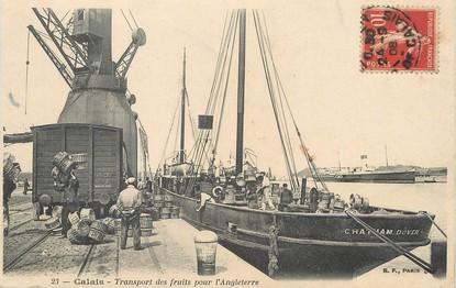 """/ CPA FRANCE 62 """"Calais, transport des fruits pour l'Angleterre"""" / BATEAU"""