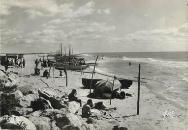 """/ CPSM FRANCE 13 """"Saintes Maries de la Mer, les barques de pêche sur le plage"""""""