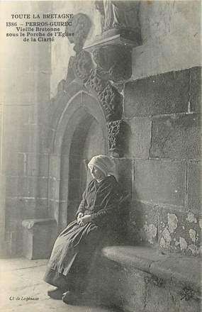 """/ CPA FRANCE 22 """"Perros Guirec, vieille Bretonne sous le porche de l'église de la clarté"""" / PRECURSEUR, avant 1900"""