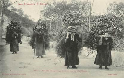 """/ CPA FRANCE 65 """"Femmes descendant le bois de la montagne"""" / PRECURSEUR, avant 1900"""