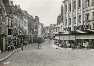 "CPSM FRANCE 02 ""Laon, rue du Bourg"""