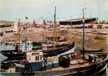 """/ CPSM FRANCE 14 """"Ouistreham Riva Bella, le port de pêche"""" / BATEAU"""