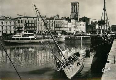 """/ CPSM FRANCE 17 """"La Rochelle, le quai Duperré et l'église Saint Sauveur"""""""