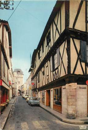 """CPSM FRANCE 17 """"Saint Jean d'Angély, le tour et la grosse l'Horloge"""""""
