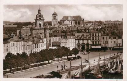 """/ CPSM FRANCE 17 """"La Rochelle, vue vers la grosse horloge et la Cathédrale"""""""