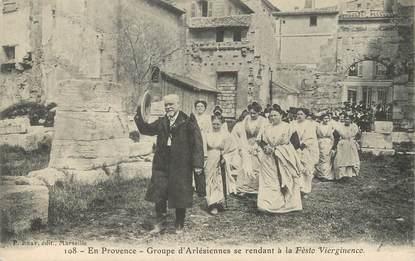"""CPA FRANCE 13 """"Groupe d'Arlésiennes se rendant à la Festo Vierginenco"""""""