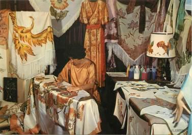"""/ CPSM FRANCE 33 """"Village médiéval de la Hume, l'atelier de la peinture sur soie"""""""
