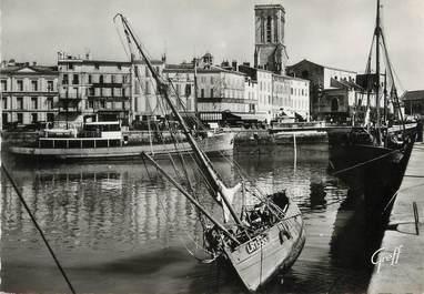 """/ CPSM FRANCE 17 """"La Rochelle, le quai Duperré et l'église Saint Sauveur """""""