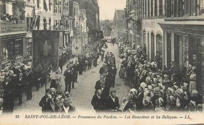 """/ CPA FRANCE 29 """"Saint Pol de Léon, procession, les bannières et les reliques"""""""