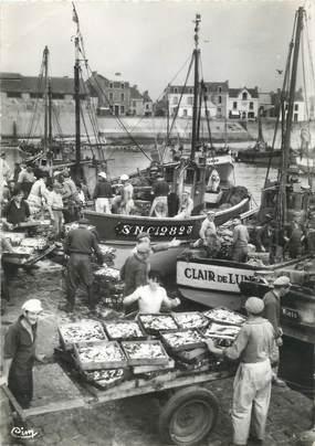 """/ CPSM FRANCE 44 """" La Turballe, débarquement des Sardines"""" / PÊCHE"""