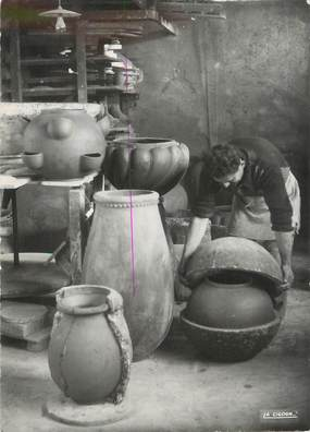 """/ CPSM FRANCE 06 """"Vallauris, atelier de poterie, le démoulage"""""""