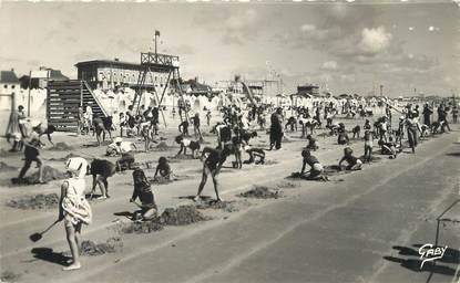 """/ CPSM FRANCE 85 """"Saint Jean de Monts, la plage"""" / JEUX DE PLAGE"""