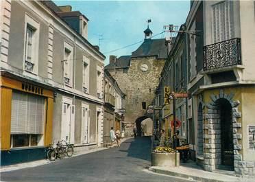 """/ CPSM FRANCE 49 """"Pouancé, la tour de l'horloge, la porte Angevine"""""""