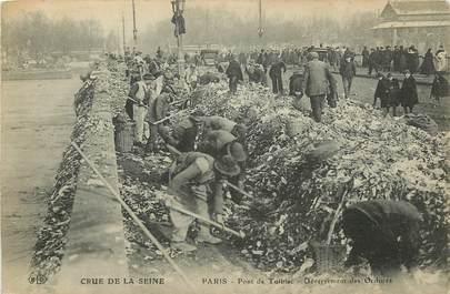 """CPA  """"Paris XIII ème, Crue de la Seine, Déversement des ordures, Pont de Tolbiac"""""""