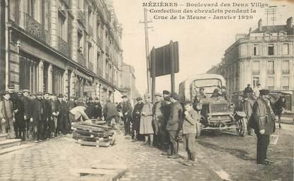 """CPA FRANCE 08 """"Charleville Mézières, bld des deux villes, confection des chevalets pendant la crue de la Meuse, 1920"""""""