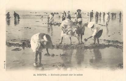 """/ CPA FRANCE 76 """"Dieppe, enfants jouant sur le sable' / JEUX DE PLAGE"""