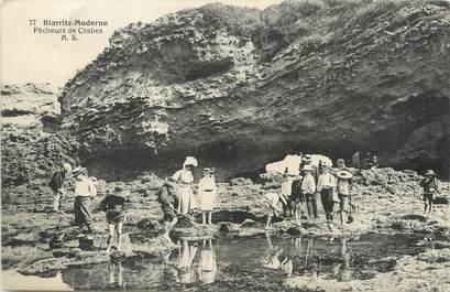 "/ CPA FRANCE 64 ""Biarritz Moderne, pêcheurs de crabes"""