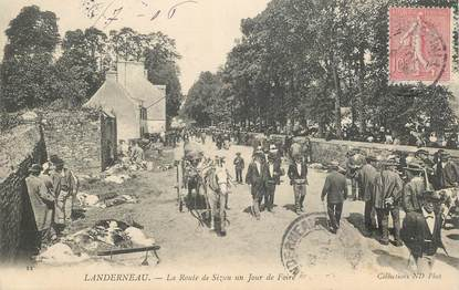 """CPA FRANCE 29 """"Landerneau, la route de Sizun un jour de Foire"""""""