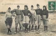 """17 Charente Maritime / CPA FRANCE 17 """"La Rochelle, un groupe de pêcheuses"""" / FOLKLORE"""