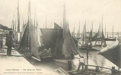 "/ CPA FRANCE 17 ""Royan, un coin du port""  / BATEAU"