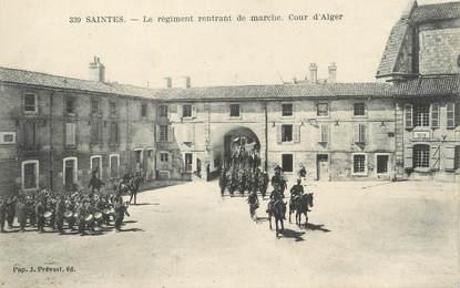"""/ CPA FRANCE 17 """"Saintes, le régiment rentrant de marche, cour d'Alger"""""""