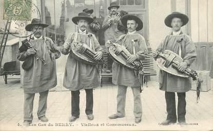 """/ CPA FRANCE 18 """"Les Gas du Berry, vielleux et Conemuseux"""" / VIELLE / FOLKLORE"""