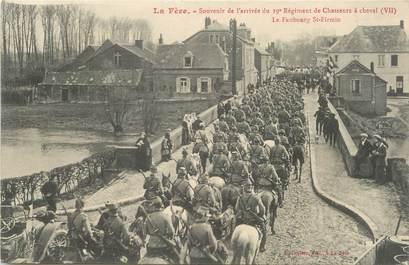 """/ CPA FRANCE 02 """"La Fère, souvenir de l'arrivée du 19 ème régiment de chasseurs à cheval, le faubourg Saint Firmin"""""""