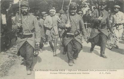 """/ CPA FRANCE 80 """"Officiers allemands faits prisonniers à Amiens"""""""