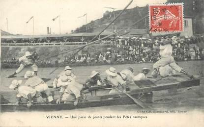 """CPA FRANCE 38 """"Vienne, une passe de joutes pendant les fêtes nautiques"""""""