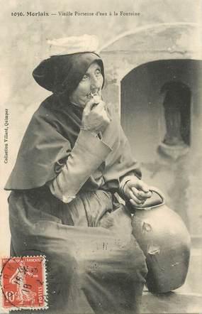 """CPA FRANCE 29  """"Morlaix, vieille porteuse d'eau à la fontaine"""""""