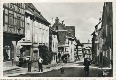 """/ CPSM FRANCE 68 """"Riquewihr, rue du Général De Gaulle avec la cour des Cigognes"""""""