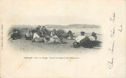 """CPA FRANCE 83 """"Fréjus, sur la plage, avant le départ des pêcheurs"""""""