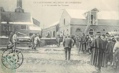"""/ CPA FRANCE 62 """"Catastrophe des mines de Courrières, la remonte des victimes"""""""