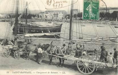 """CPA FRANCE 83 """"Saint Raphaël, chargement des bateaux"""""""