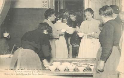 """CPA FRANCE 75 """"Paris Inondé, 1910, Dames de la Croix Rouge distribuant des vivres"""""""
