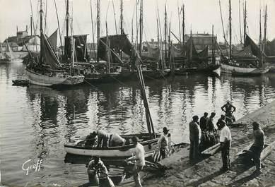 """/ CPSM FRANCE 85 """"Les Sables d'Olonne, débarquement du Thon"""""""