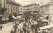 """72 Sarthe CPA FRANCE 72 """"Sablé sur Sarthe, la place de la mairie un jour de marché"""""""