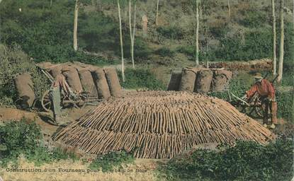 CPA  Construction d'un fourneau pour Charbon de bois